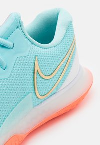 Nike Performance - AIR ZOOM VAPOR CAGE 4 - Multicourt tennis shoes - copa/metallic gold/bright mango/white - 5