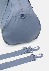 Nike Performance - GYM CLUB  - Sportovní taška - ashen slate/(white) - 4