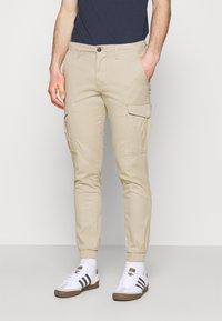 Jack & Jones - JJIMARCO JJJOE CUFFED - Cargo trousers - white pepper - 0