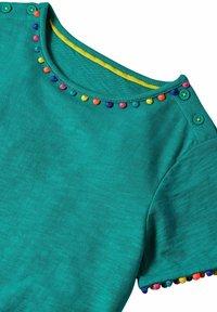 Boden - MIT REGENBOGENBORTEN - Jersey dress - smaragdgrün - 2