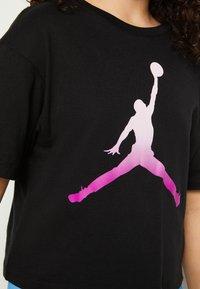 Jordan - SHORT SLEEVE GRAPHIC  - T-shirt z nadrukiem - black - 6