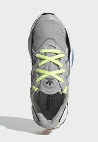 adidas Originals - OZWEEGO SHOES - Sneakersy niskie - grey - 3