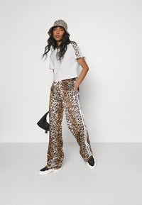 adidas Originals - LEOPARD CROPPED TEE - T-shirts med print - white - 1