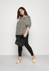 CAPSULE by Simply Be - OFF THE SHOULDER DAISY - Print T-shirt - black - 3