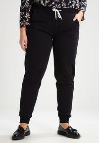Zalando Essentials Curvy - Pantalones deportivos - black - 0
