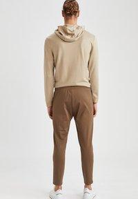 DeFacto Fit - SLIM FIT  - Pantaloni sportivi - khaki - 2