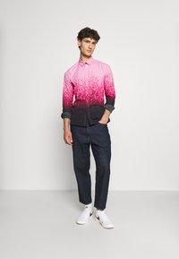 Twisted Tailor - JONAK - Košile - black/pink - 1