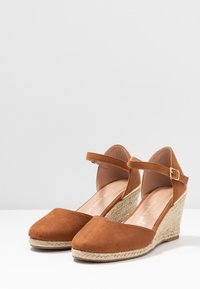 New Look Wide Fit - WIDE FIT SWIGGLE - Wedges - tan - 4