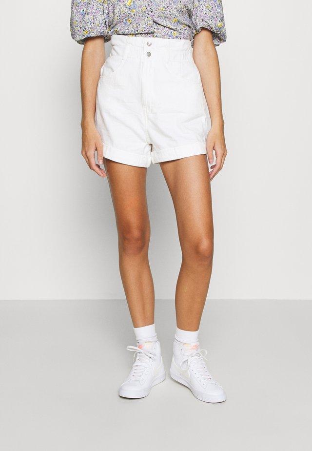 HR PAPERBAG SHORT - Shorts vaqueros - white denim