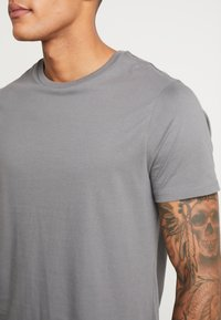 Burton Menswear London - BASIC CREW 5 PACK - Basic T-shirt - navy - 7
