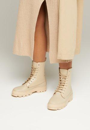 BOKINA EMBOSSED UNISEX - Šněrovací kotníkové boty - desert beige