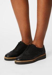 Clarks - BAILLE BROGUE - Šněrovací boty - black - 0