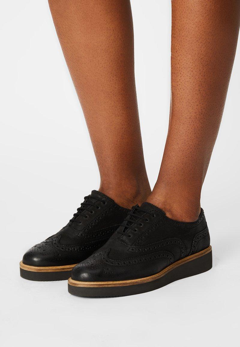 Clarks - BAILLE BROGUE - Šněrovací boty - black