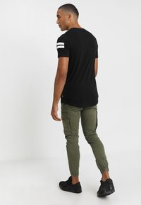 Jack & Jones - JJIPAUL JJFLAKE  - Cargobukse - olive night - 2