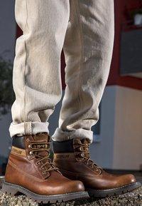 Cat Footwear - COLORADO - Šněrovací kotníkové boty - golden - 3