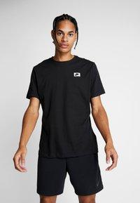Nike Performance - DRY TEE  - T-shirt med print - black - 0