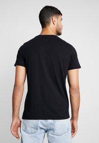 Wrangler - LOGO TEE - T-shirt z nadrukiem - black - 2