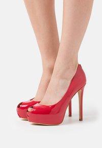 Guess - Høye hæler med åpen front - strawberry - 0