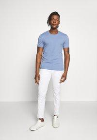 DRYKORN - CARLO - T-shirt - bas - blaugrau - 1