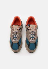 Timberland - FIELD TREKKER  - Sneakersy niskie - mid grey - 3