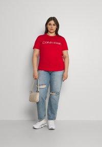 Calvin Klein Curve - INCLUSIVE CORE LOGO - T-shirt print - racing red - 1