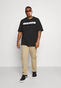 Calvin Klein - SPLIT LOGO - Print T-shirt - black - 1