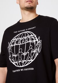 Tommy Hilfiger - ONE PLANET FRONT LOGO TEE UNISEX - Print T-shirt - black - 4