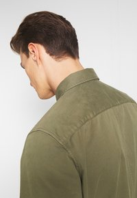 Marc O'Polo - LONG SLEEVE TWO PATCHED CHEST AND SIDE SEAM POCKETS - Summer jacket - deep lichen green - 4