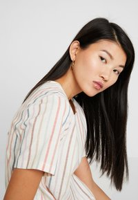 Madewell - TIE FRONT BUTTON BACK TEE IN RAINBOW NEPS STRIPE - T-shirts med print - pearl ivory - 4