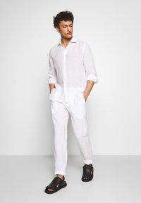 120% Lino - TROUSERS - Pantalon classique - white - 1