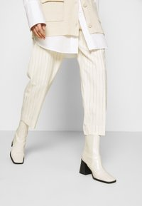 Hope - ALTA TROUSERS - Trousers - offwhite - 3