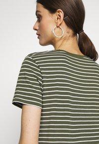 GAP - Print T-shirt - olive/white - 6