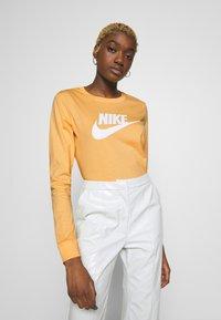 Nike Sportswear - TEE ICON - Topper langermet - topaz gold - 0