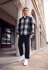Nike Sportswear - AIR HUARACHE UNISEX - Trainers - white/pure platinum - 0