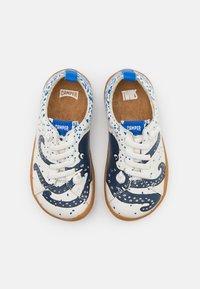 Camper - KIDS UNISEX - Volnočasové šněrovací boty - white/blue - 3