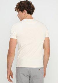 Lyle & Scott - PLAIN - T-shirt - bas - seashell white - 2