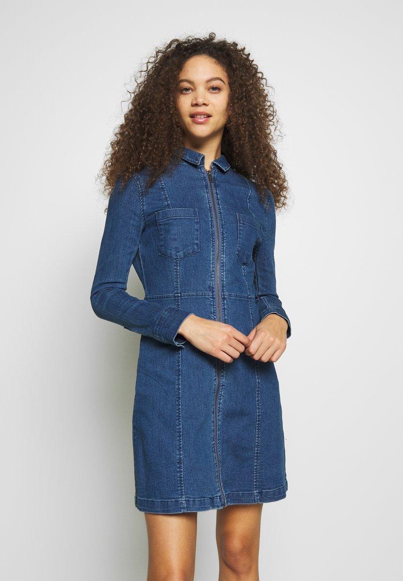 Noisy May Petite - NMLISA ZIP DRESS - Denim dress - medium blue denim