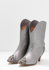 L37 - LIKE A DREAM - Cowboy/biker ankle boot - silver - 4