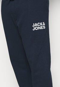 Jack & Jones - JJIGORDON JJNEWSOFT PANT - Teplákové kalhoty - navy blazer - 4