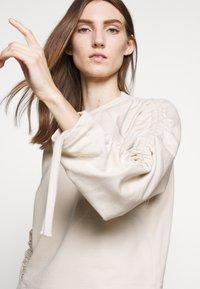 BLANCHE - Sweatshirt - white sand - 4