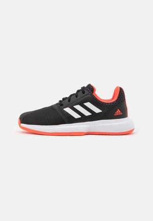 COURTJAM XJ UNISEX - Multicourt tennis shoes - core black/footwear white/solar red