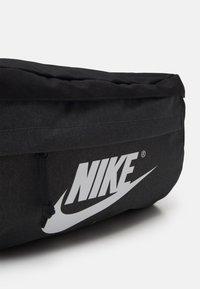 Nike Sportswear - TECH WAISTPACK UNISEX - Ledvinka - black/anthracite/white - 3