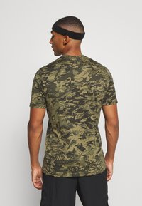 Under Armour - CAMO - Print T-shirt - black/khaki - 2