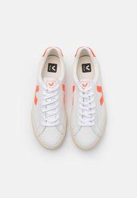 Veja - ESPLAR LOGO - Baskets basses - extra white/orange fluo - 3