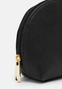 Guess - COREEN BEAUTY COREEN DOME - Kosmetická taška - black - 3