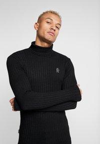 Gym King - MUSCLE FIT ROLL NECK  - Stickad tröja - black - 3