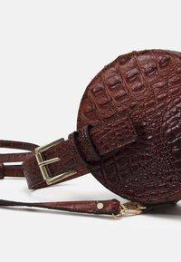 Steve Madden - CROSSBODY BAG - Handbag - cognac - 4