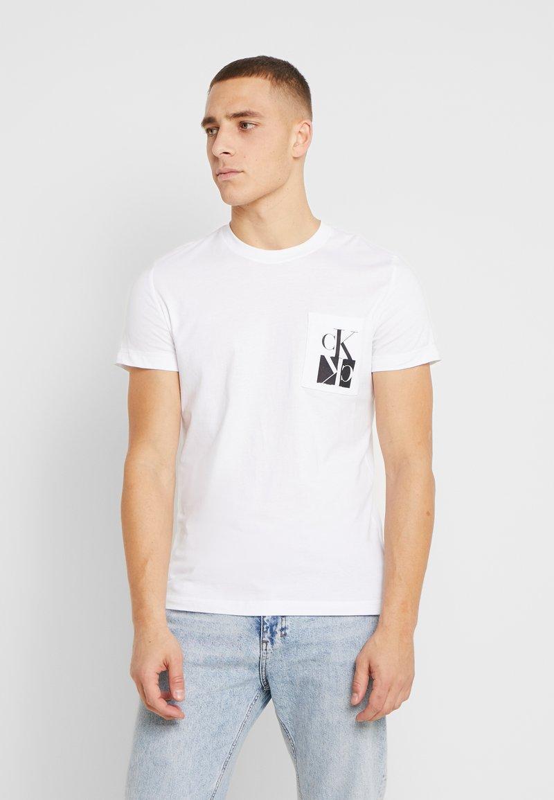 Calvin Klein Jeans - MIRRORED MONOGRAM SLIM TEE - T-shirt con stampa - bright white/black