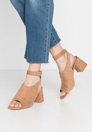 STELLA HIVAMP BLOCK FLARE HEEL - Sandals - tan
