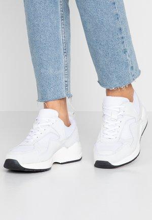 SNEAKERS MESH UND WILDLEDER - Sneakersy niskie - white